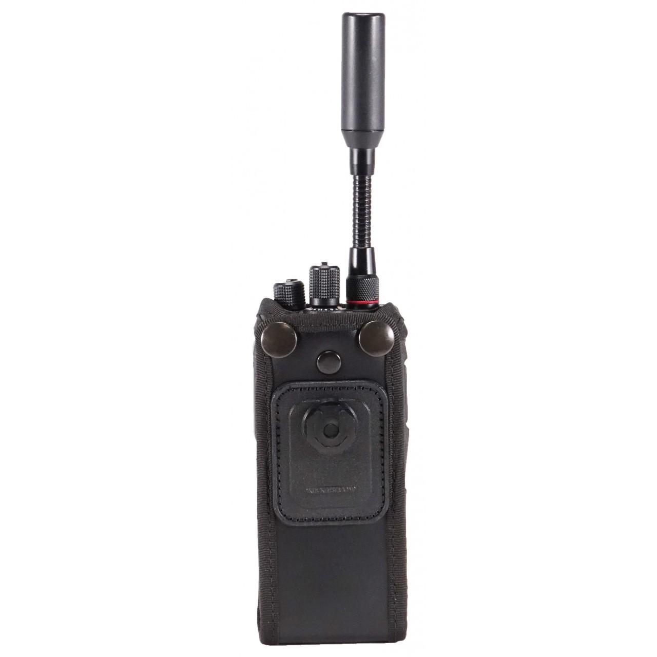Housse en cuir pour portatif satellite, (nécessite un accessoire de portage). Vue arrière avec portatif.