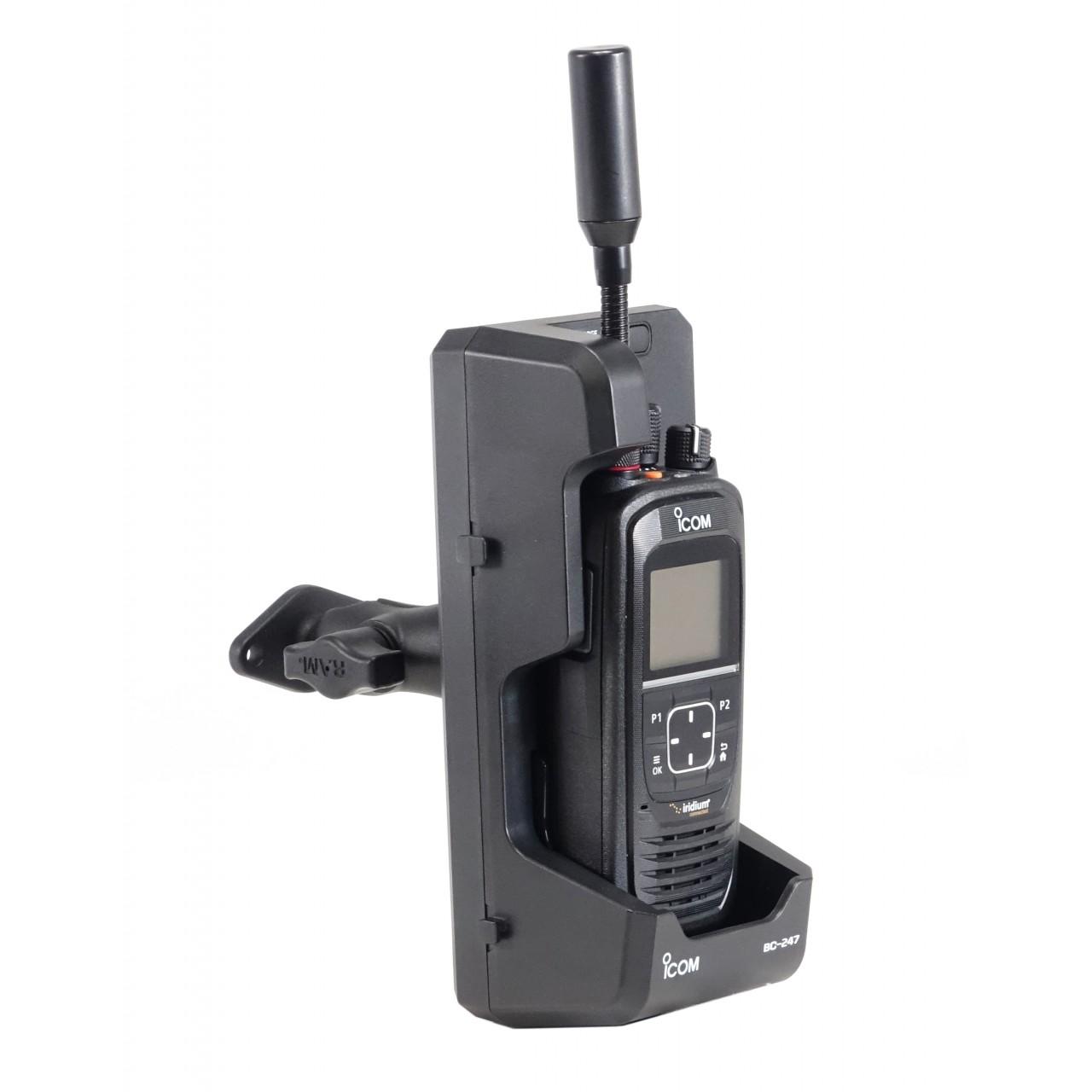 Support à visser pour chargeur BC-247 incluant une base à visser (standard AMPS). Présenté avec BC-247 et IC-SAT100