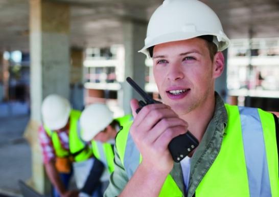 Ouvrier site de construction travail isole securite Radios pour travailleurs isolés ICOM